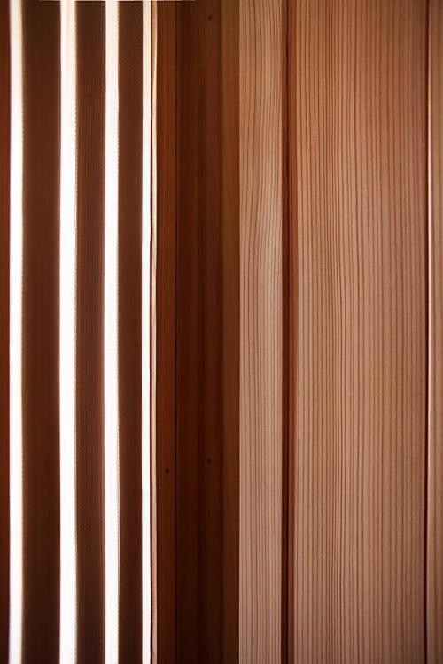 無垢の赤杉の玄関建具