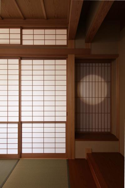 丸窓のある本床