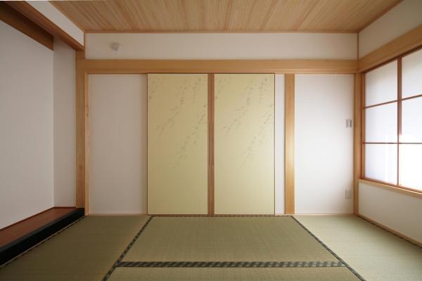 自然素材による木の家の和室のシンプルな襖仕様の木製建具