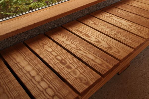 自然素材による伝統的な名栗仕上げの縁側