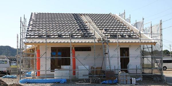 自然素材による燻し瓦の屋根の木の家