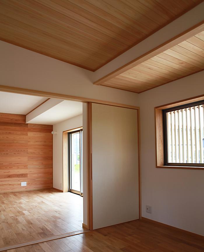 自然素材による木の家のリビングのシンプルな襖仕様の木製建具