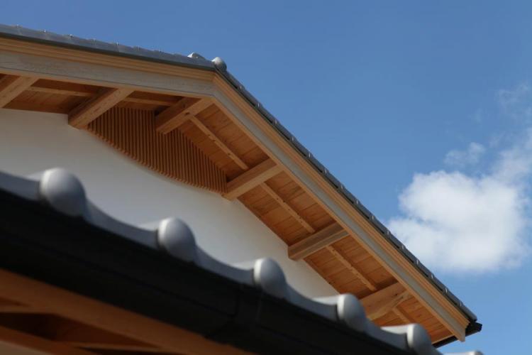 自然素材による木の家の破風(はふ)