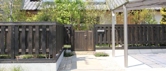 自然素材による木の家の木塀