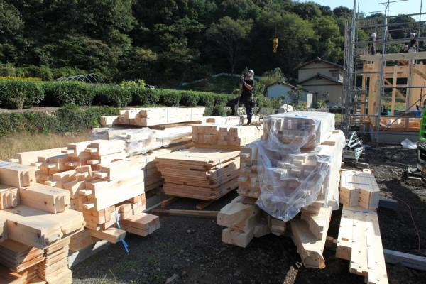 自然素材の木の家の、天然乾燥された構造材