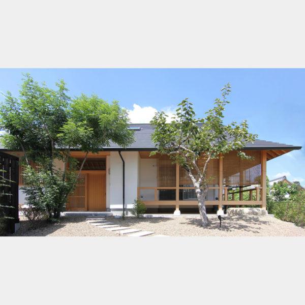平屋のような自然素材の木の家の外観ファサード