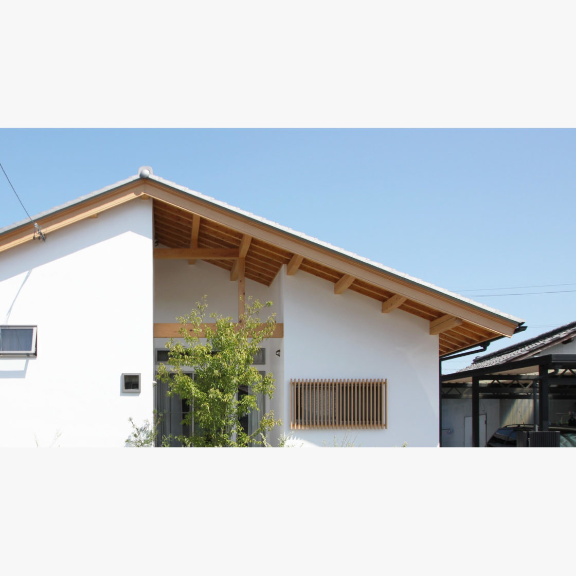 漆喰壁の自然素材の平屋の木の家