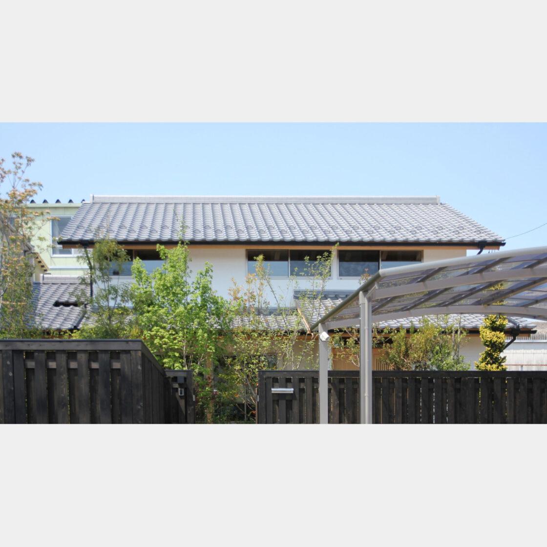 燻し瓦屋根の町家テイストの木造住宅の外観ファサード