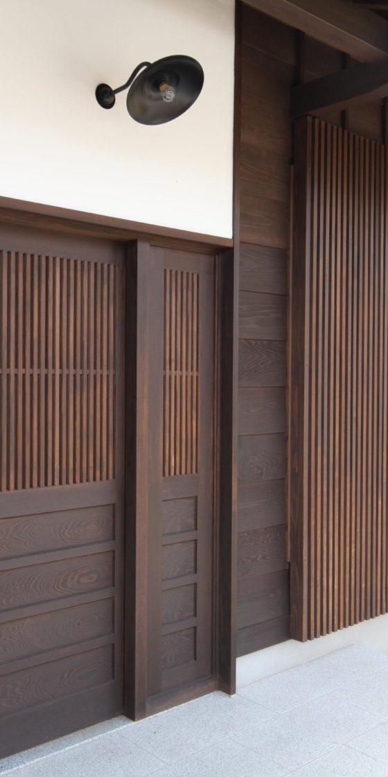 町家テイストの新築住宅の玄関