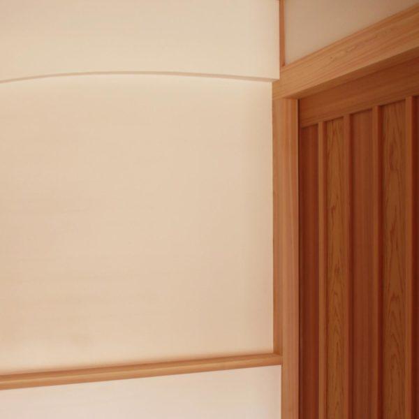 無垢の引き戸のある和モダンな家の玄関