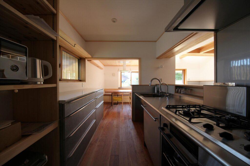 木の家のステンレスキッチン