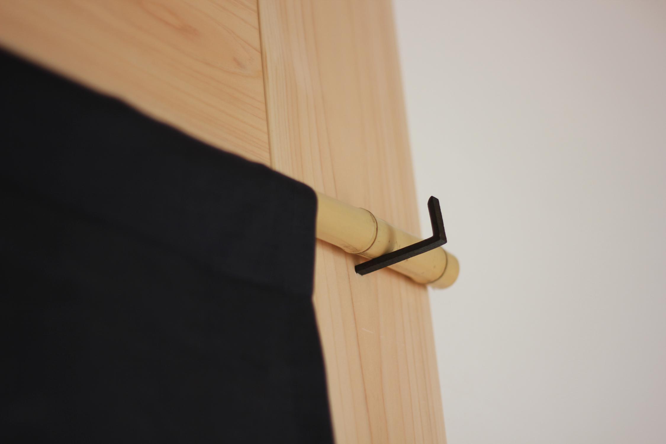 鉄製の和釘の暖簾掛け