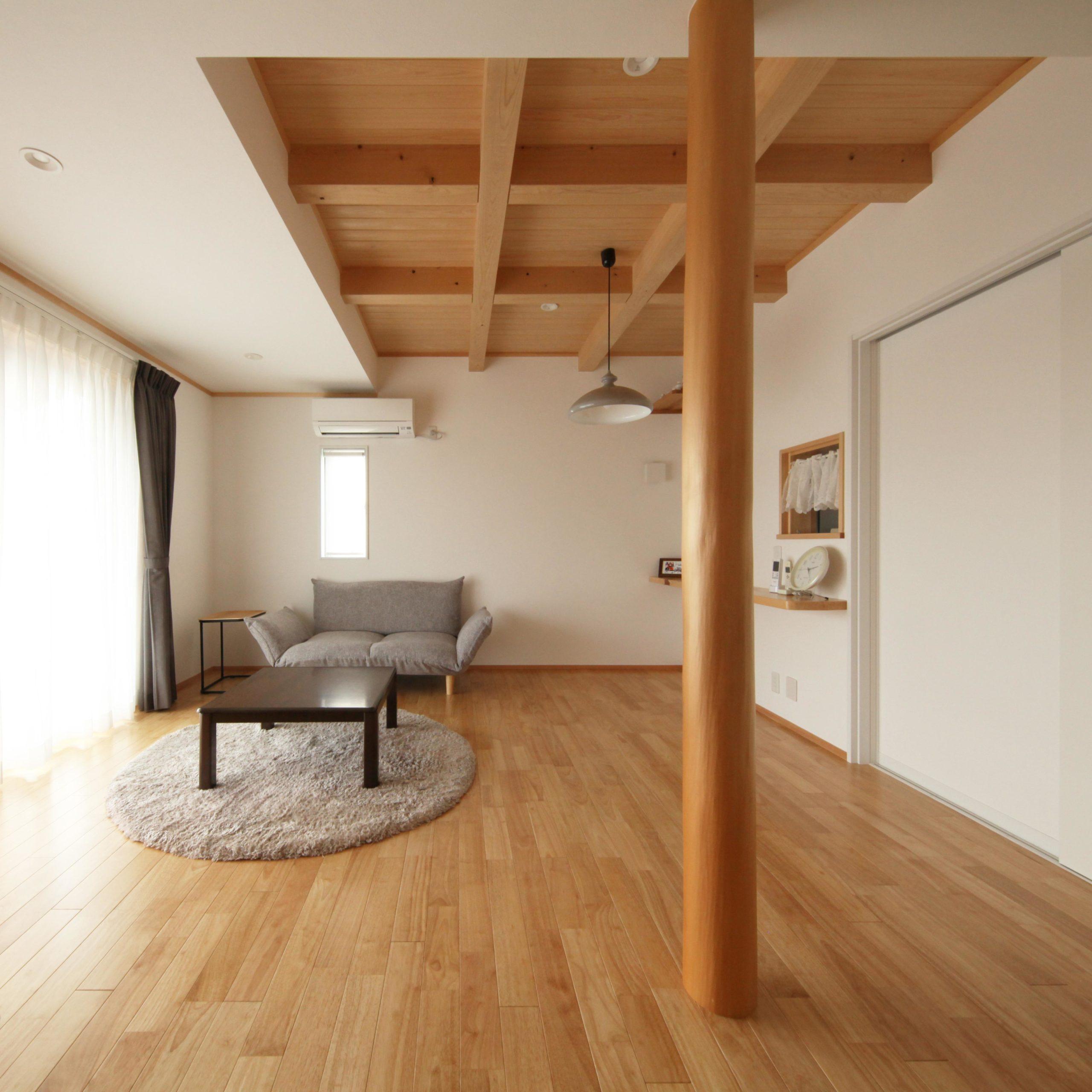 和モダンな自然素材の木の家のリビング