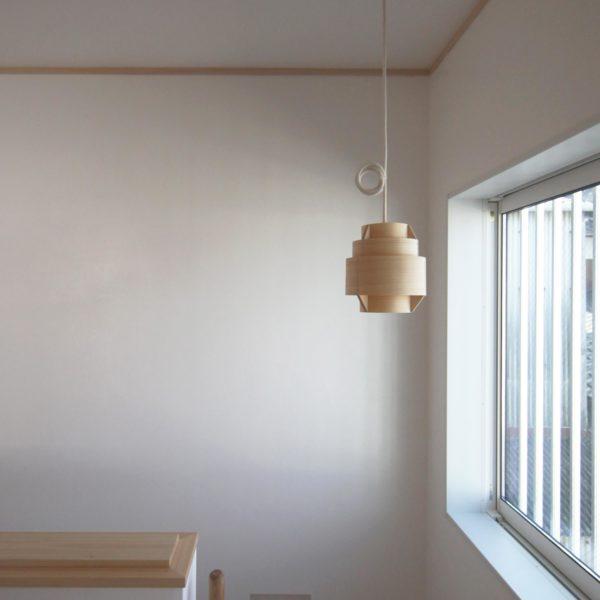 北欧スタイルの漆喰の家のヤコブソン照明