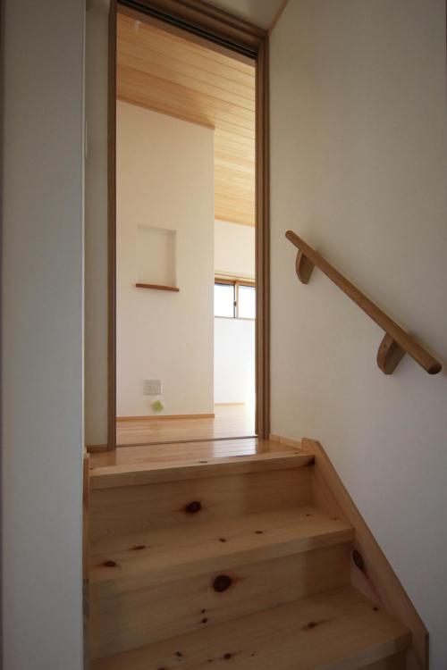 ナチュラルテイストで自然素材による木の家の子供部屋