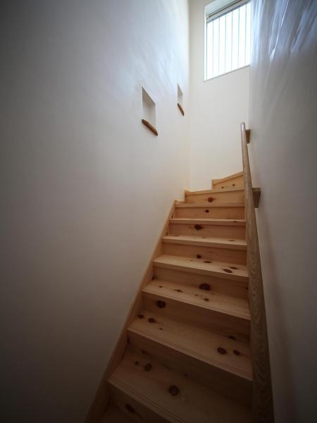 自然素材による木の家の階段