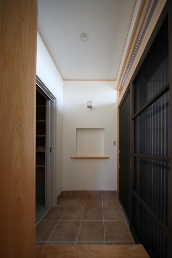 磁器質タイル仕上げの玄関