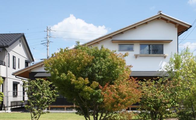 ナチュラルな自然素材の木の家の注文住宅のモノトーンの招き屋根の家