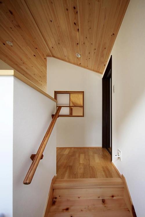自然素材による木の家の廊下