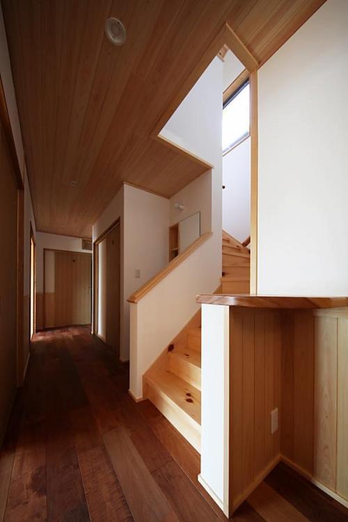 ナチュラルな自然素材の木の家の注文住宅の廊下