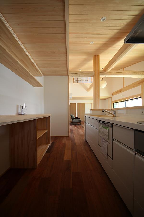 和モダンな自然素材による木の家のキッチン(kitchin)と水屋廻り