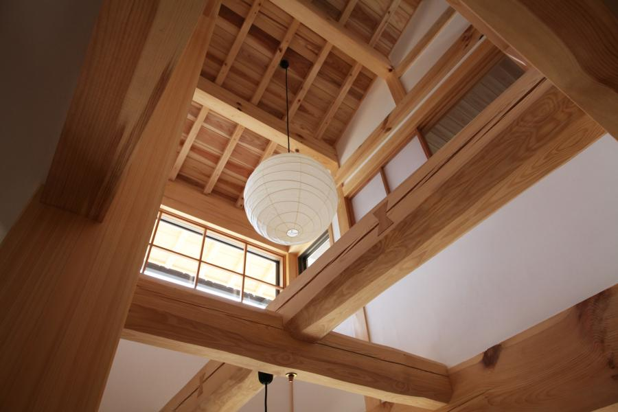 自然素材による大空間の大きくて豪快な丸太組みの上部の画像