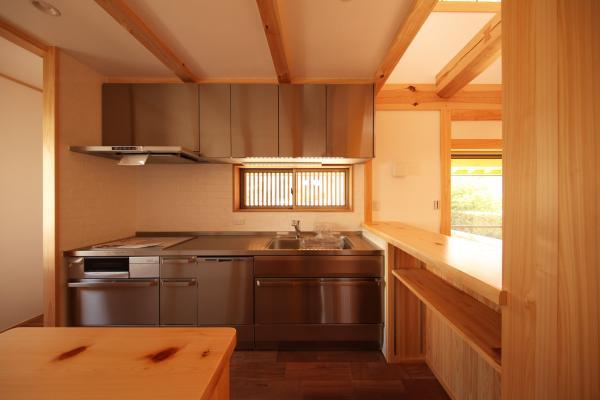 自然素材による木の家のステンレスのキッチン