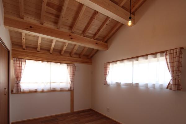 ナチュラルテイストで将来2部屋に分けられる、自然素材による木の家の子供部屋