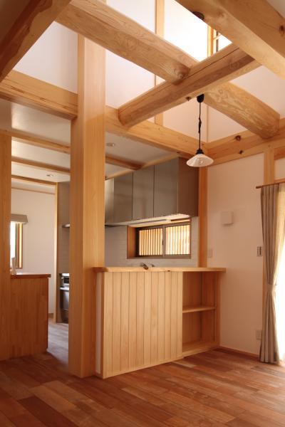 自然素材の木の家の丸太組みと大黒柱とキッチンカウンター