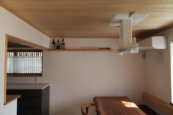 木の家のダイニングのお酒用の飾り棚