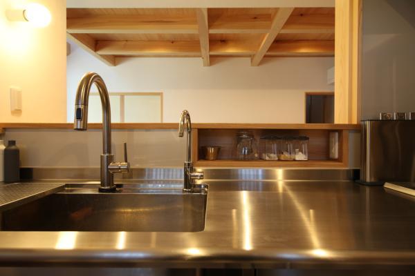 自然素材による木の家のキッチンのニッチ棚