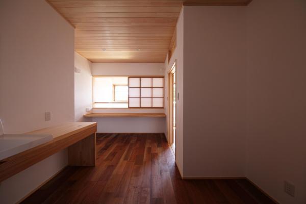 ナチュラルな自然素材の木の家の注文住宅の2階ホール