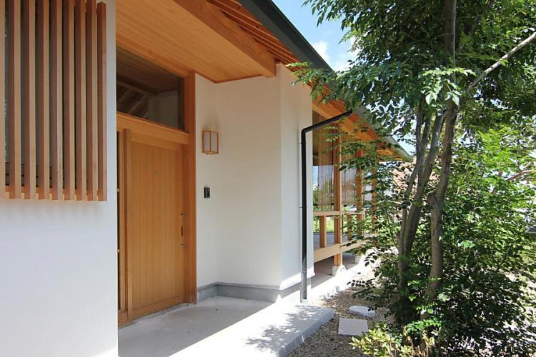 自然素材による木の家の漆喰壁の玄関廻り