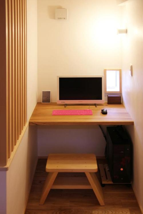 ナチュラルな自然素材の木の家の一枚板のパソコンコーナー