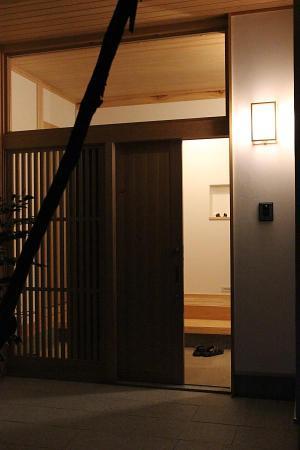 和風住宅の夜の玄関
