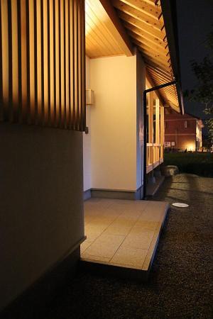 町家のような家の和風注文住宅の夜の玄関ポーチ廻りと垂木