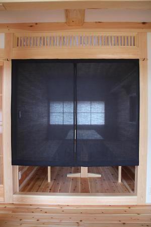 暖簾をくぐると居酒屋風の自然素材による木の家のダイニング(DINING)