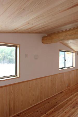 檜の勾配天井で丸太梁と腰板のある、自然素材による木の家の子供部屋