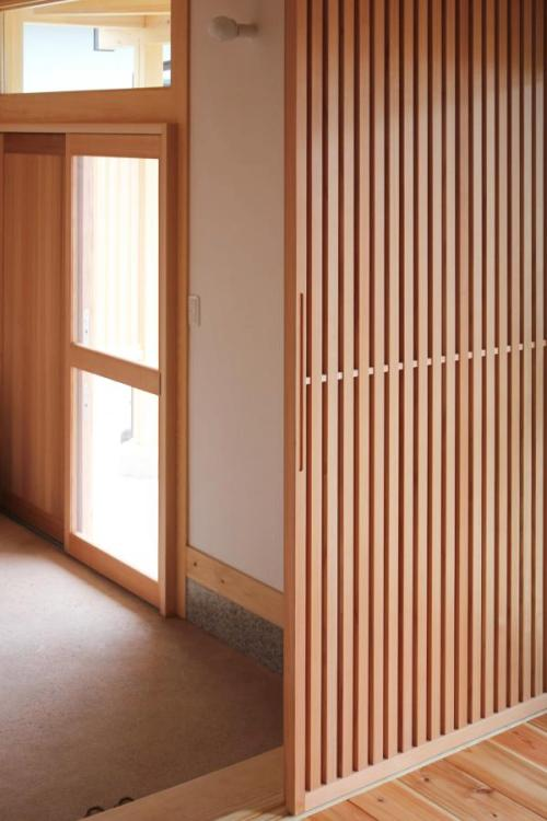 愛知県でカフェ(cafe)スタイルの自然素材の木の家のリビングの無垢の格子の木製引き戸