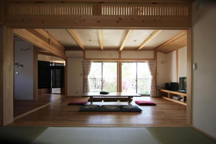 自然素材による木の家のリビング・ダイニング