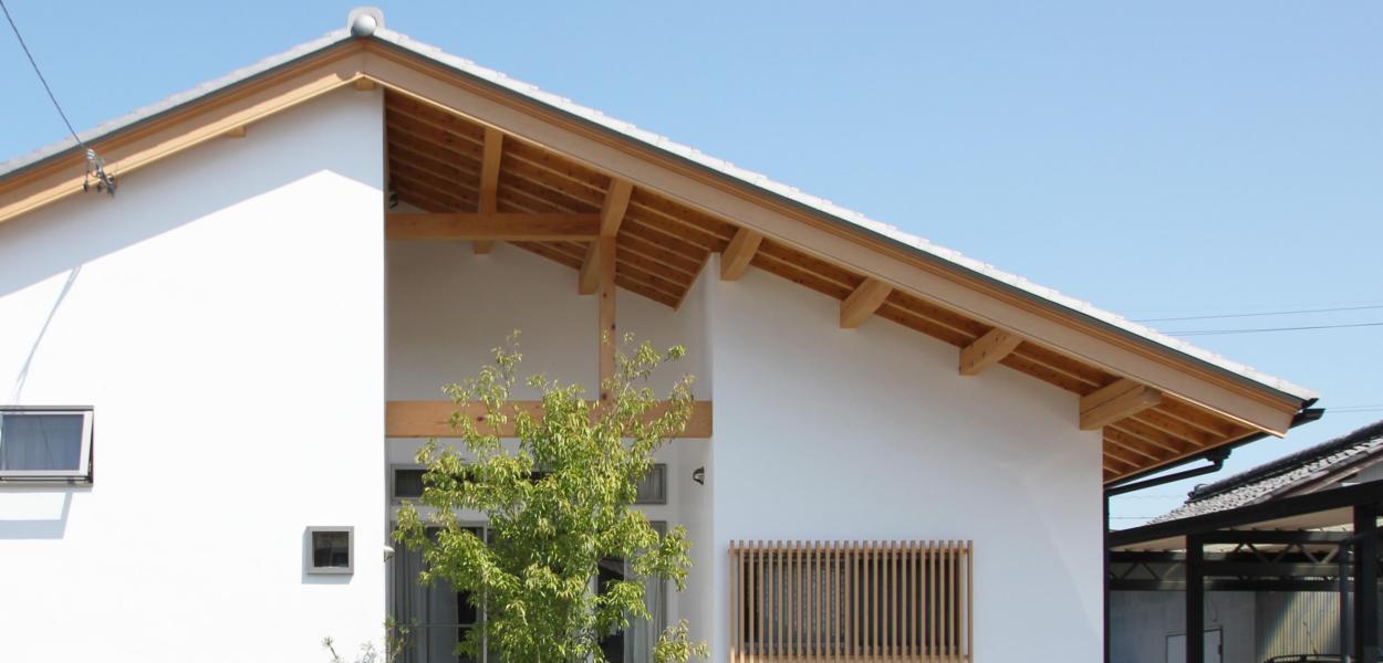 ナチュラルな自然素材の白い家の注文住宅の外観ファサード