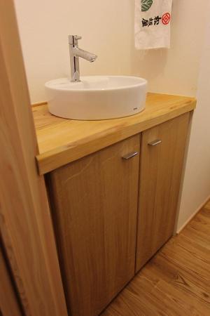 自然素材による木の家のトイレ(便所)の洗面器と洗面カウンター