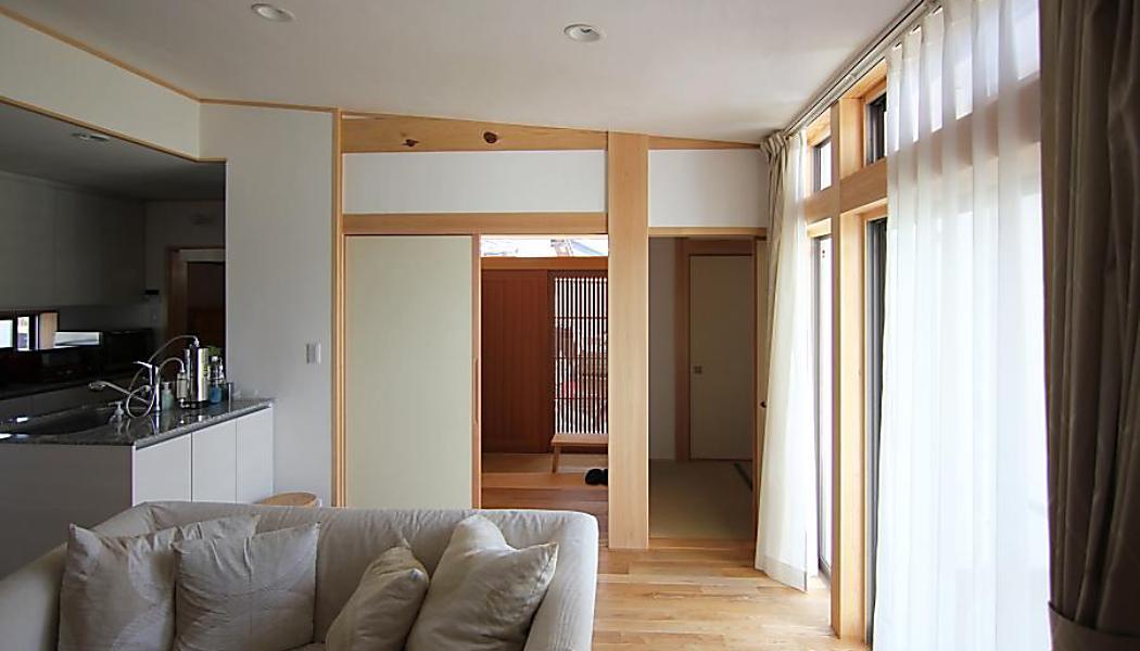 ナチュラルな自然素材の家の注文住宅の白いリビング