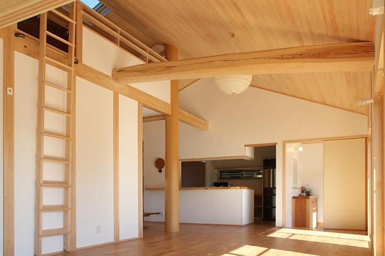 愛知県でカフェ(cafe)スタイルの自然素材の木の家の木組みのリビング