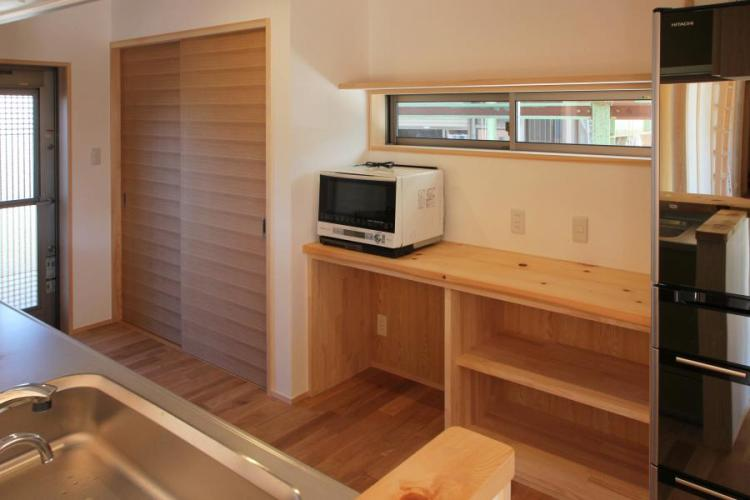 自然素材による木の家のキッチン(kitchin)の木製の水屋