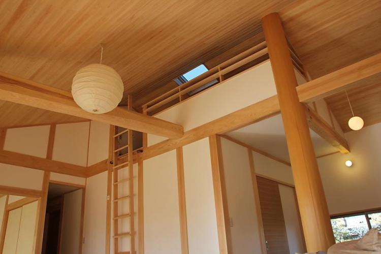 自然素材による木の家のロフト(秘密基地)