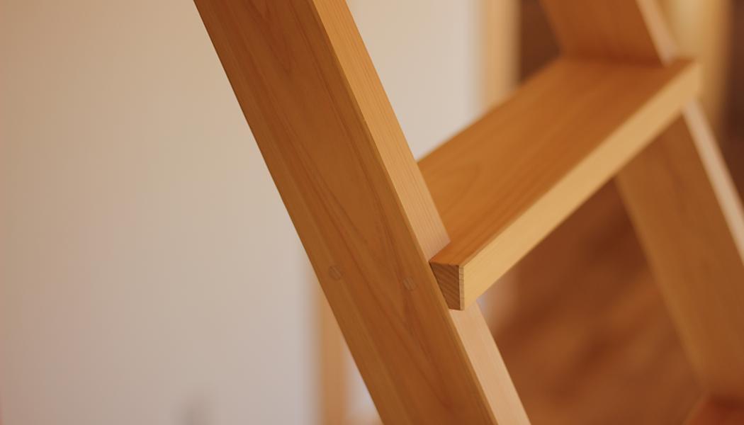 ナチュラルな自然素材の木の家の注文住宅の、ロフトに上がるための無垢の檜のハシゴ