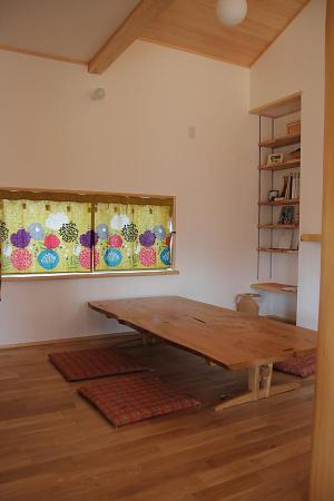 愛知県の木の家のダイニングの可愛いカーテン
