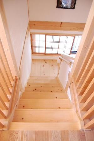 愛知県でカフェ(cafe)スタイルの自然素材の木の家の無垢の檜の階段