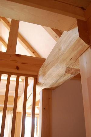 自然素材の小さな木の家の2階の丸太梁廻りの画像